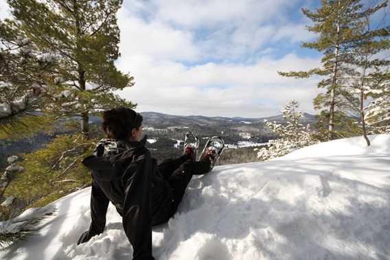 Une madame qui fait de la raquette jusqu'au sommet du Lac Blanc