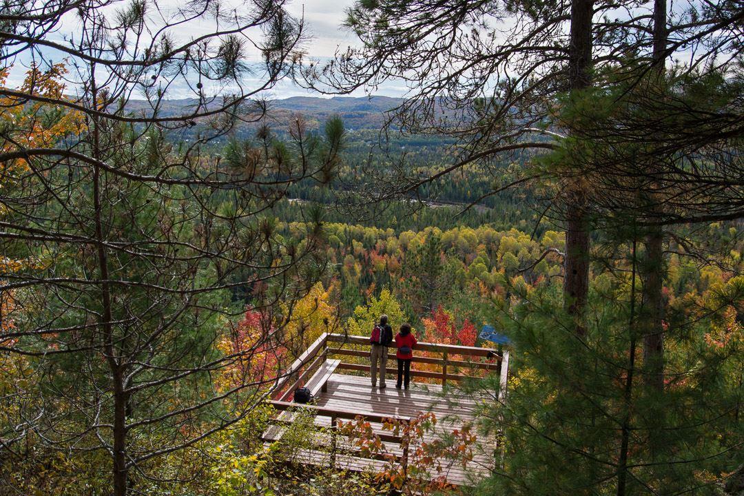 Un couple qui regarde le point de vue au parc régional de la Chute-à-Bull
