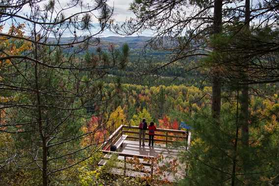 A couple looking at the viewpoint at the Park Regional de la Chute-à-Bull