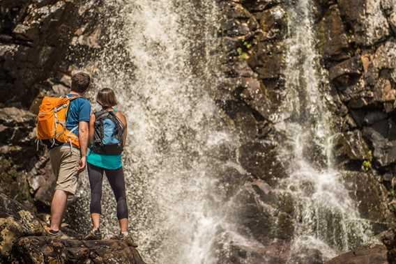 Un couple qui regarde les chutes au parc régional de la Chute-à-Bull