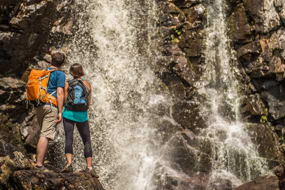 A couple watching the falls at the Park Regional de la Chute-à-Bull