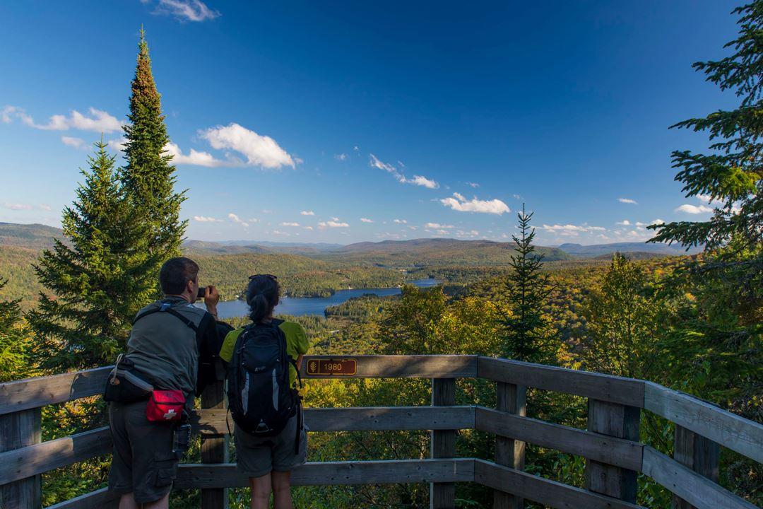 Un couple au sommet du sentier l'Envol au parc national du Mont-Tremblant