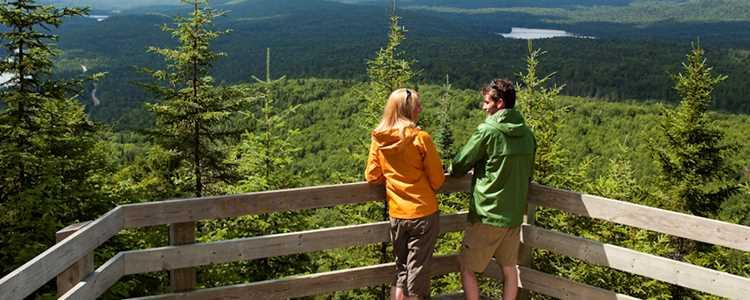 Un couple au sommet du secteur Grande-Vallée dans le parc national du Mont-Tremblant