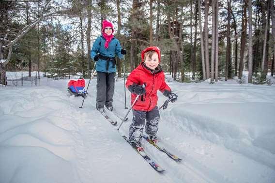 Famille qui fait du ski de fond à Chalets Lanaudière