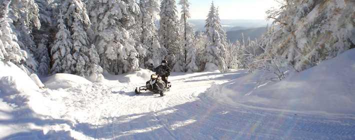 Faire du ski-doo sur la Montagne Noire