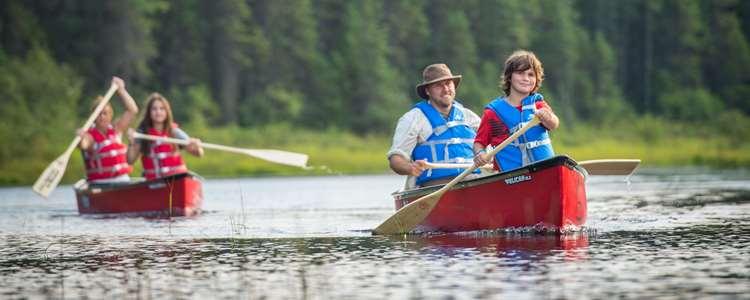 Faire du canot au parc régional du Lac Taureau