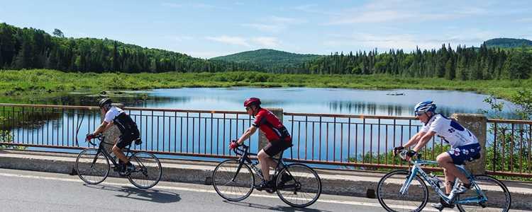 Faire du vélo avec des amis dans Lanaudière