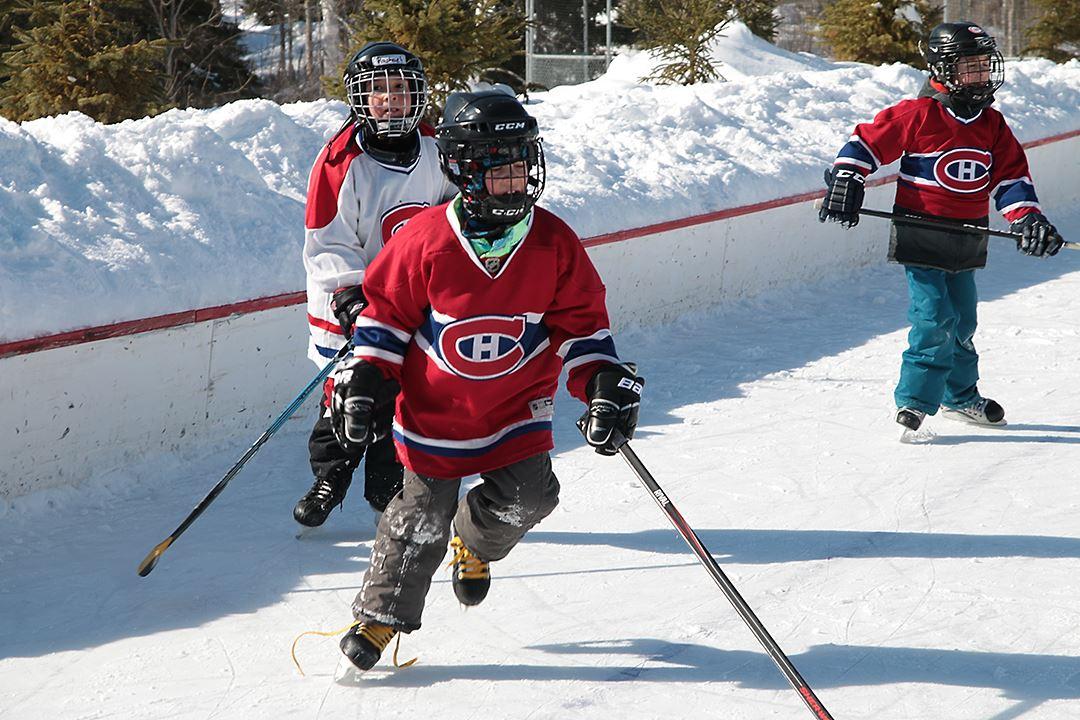 Jouer au hockey à Saint-Donat