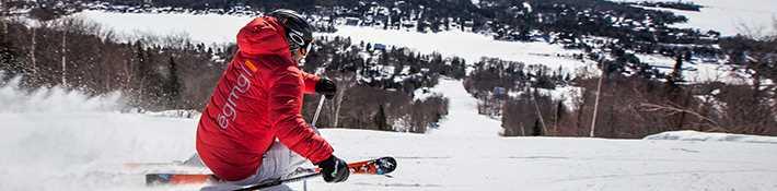 Homme qui fait du ski alpin au Ski Garceau