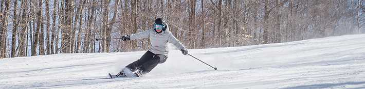Homme qui fait du ski alpin au Ski Montcalm