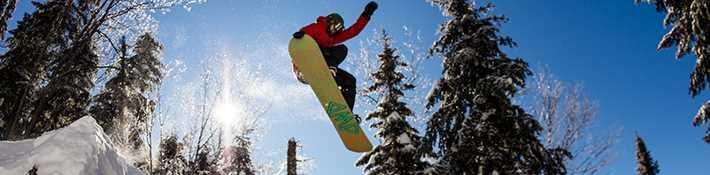Homme qui fait du ski alpin au Centre de ski La Réserve