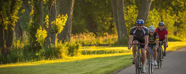 Ride a bike with friends at Berthier and its islands