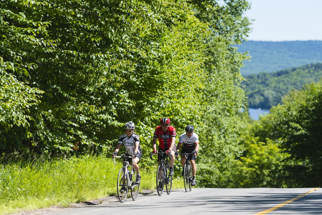 Go around the two lakes in Saint-Donat by bike