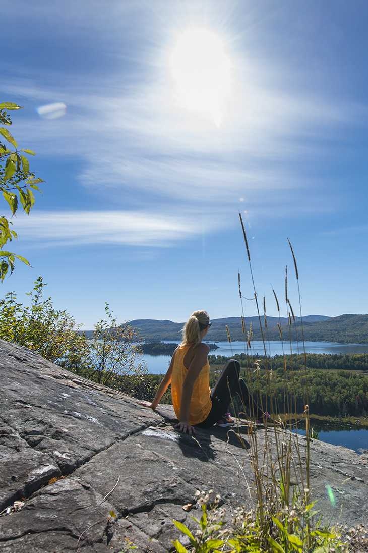 Femme sur le sommet d'une montagne à Saint-Donat