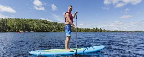 Faire de la planche à pagaie au lac Taureau