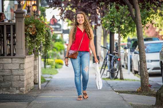 Fille qui marche dans le Centre-ville de Joliette