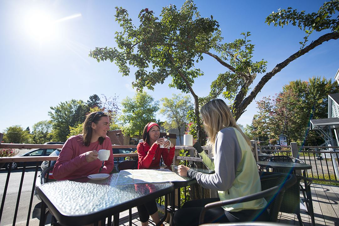 Prendre un café sur une terrasse entre amis à Saint-Donat