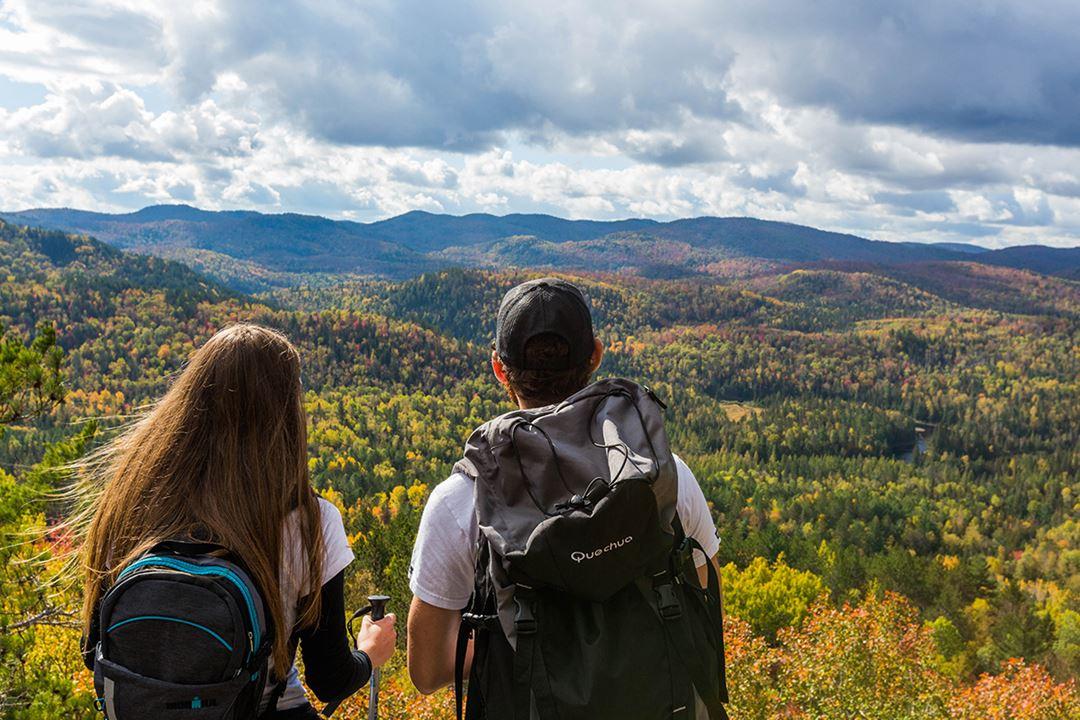 Un couple au sommet du parc régional de la Forêt Ouareau