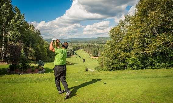 Man playing golf in Lanaudière