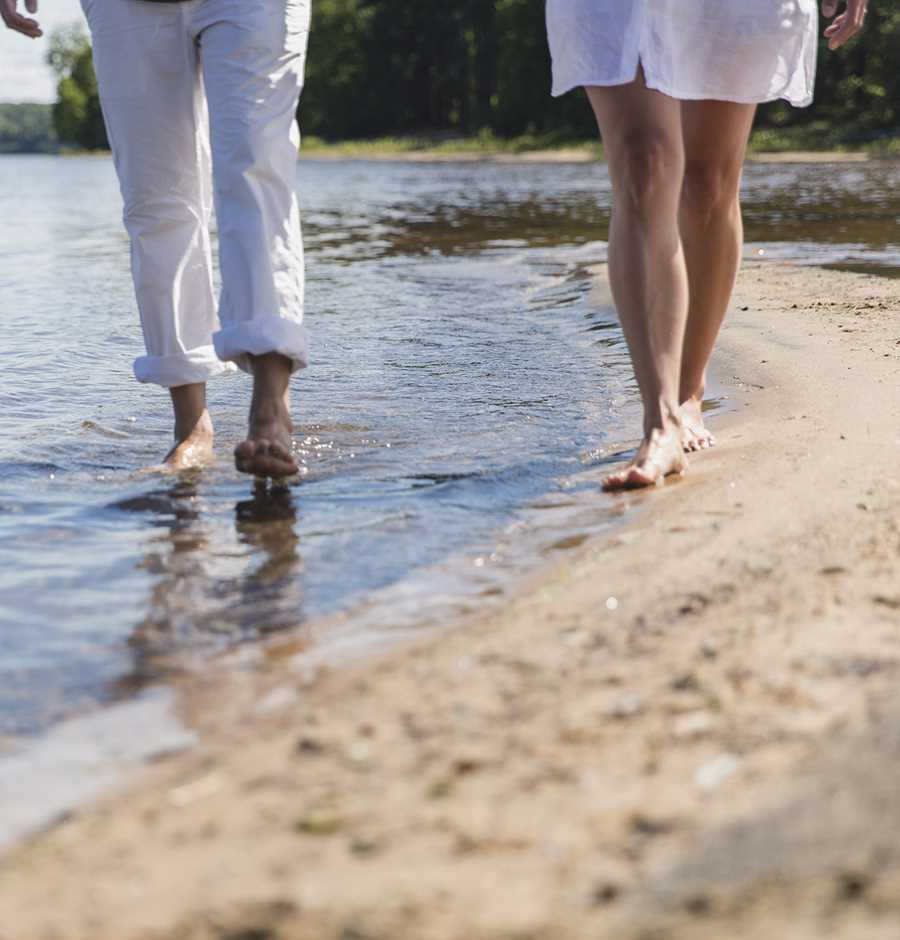 Un couple se promenant côte à côte sur la plage