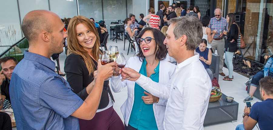 Groupe d'amis prenant un verre sur la terrasse du Musée d'art de Joliette