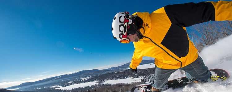 Homme faisant de la planche à neige au Ski Garceau