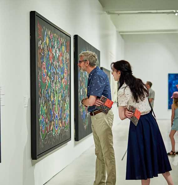 Un couple dans une exposition au Musée d'art de Joliette