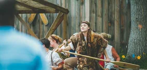 Comédienne jouant coureur des bois