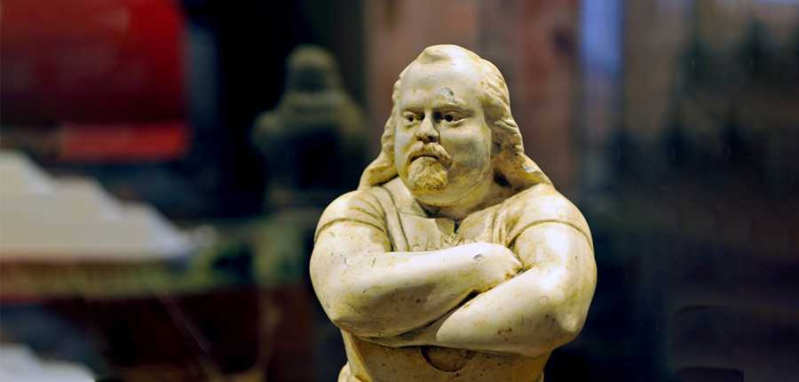 Louis Cyr sculpture