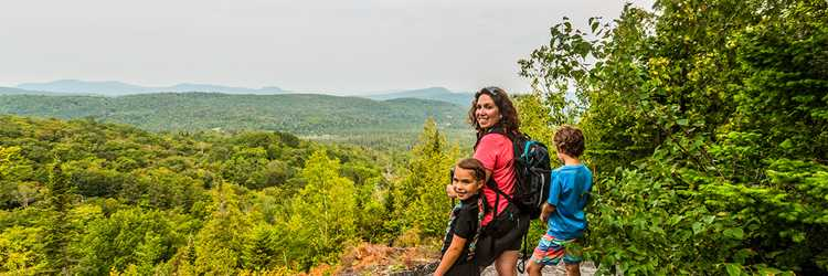Family on a viewpoint in the Ouareau Forest